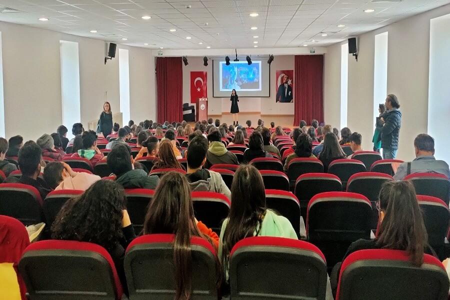"""İstanbul'da Lise Öğrencilerine """"Geleceğin Meslekleri"""" Semineri Düzenledik"""